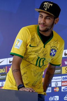 Neymar Photos - Neymar attends a press conference on July 2014 in Teresopolis, Brazil. Messi Neymar, Neymar Pic, Lionel Messi, Brazil Football Team, Neymar Football, Good Soccer Players, Football Players, Psg, Play Soccer