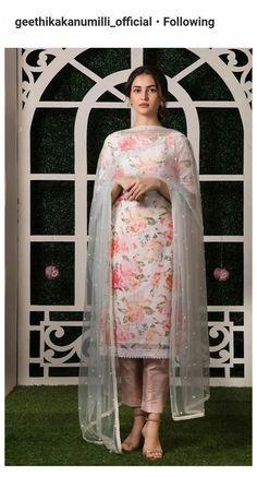 Pakistani Fashion Casual, Pakistani Dresses Casual, Indian Gowns Dresses, Pakistani Dress Design, Indian Fashion, Kurti Designs Pakistani, Punjabi Fashion, Pakistani Couture, Kurta Designs Women