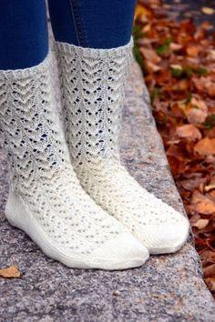 KARDEMUMMAN TALO: Ohje Syysunelma -pitsiin Lace Socks, Knitted Slippers, Slipper Socks, Crochet Slippers, Knit Crochet, Lace Knitting, Knitting Socks, Knitting Patterns, Foot Socks