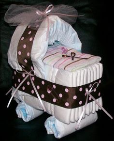 Today I show you how to make a practical gift, creative, original and especially useful for Moms: diaper cakes. You can do it yourself, You can also customize and add accessories to make it complet…
