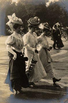Belle Epoque Fashion- Vintage photos glimpse into Paris Street Fashion Styles 1905 to 1908 Belle Epoque, Edwardian Era, Edwardian Fashion, Vintage Fashion, 1900s Fashion, Mode Vintage, Vintage Ladies, Vintage Stuff, Style Édouardien