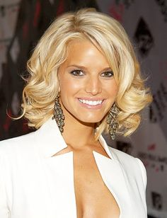 This hairstyle was absolutely stunning on Jessica Simpson! Love this medium length cut! #hairstyle #haircut #mediumlengthhairstyle #jessicasimpson #longbob #blonde