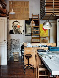 В этой комнате хранятся предметы, которые Акилле собрал за сорок лет. Справа виден прототип лампы Arco, попавшей в каталог Flos в 1962 году. На стене — постер c фотографией, служившей заставкой сайта Flos несколько лет после смерти дизайнера.