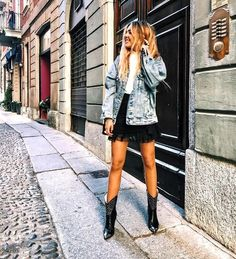 Comment porter une veste en jean à 40 ans All the tips for wearing a denim jacket at 40 and how to wear it with style! All the tips & ideas of outfits are in this article! Cowboy Boot Outfits, Black Cowboy Boots, Look Fashion, Autumn Fashion, Fashion Outfits, Womens Fashion, Street Fashion, Fashion Trends, Country Look