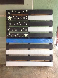 Creative way to make use of a pallet. American flag with the thin blue line for our fallen heroes. Pallet Crafts, Wood Crafts, Diy And Crafts, Adult Crafts, Pallet Flag, Pallet Signs, Police Officer Crafts, American Flag Pallet, Police Wife Life
