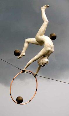 Скульптуры, балансирующие в воздухе. Скульптор Jerzy Kedziora. Bronze Sculptures of females by artist Jerzy Kedziora titled: 'With balls and Ring (High Wire, Tightrope Gymnast statues) | Оригинальное творчество талантливых и увлеченных людей