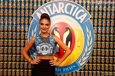 Paloma Bernardi esteve no camarote da Boa e optou por um top cropped com bordado de brilhos