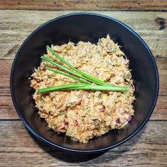 Met tonijnsalade kun je veel kanten op, een hoop smaakmakers doen het goed met tonijn. Dit is mijn versie, om je lunch een beetje mee op te leuken.