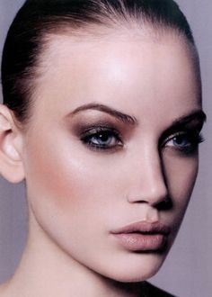Smokey eyes, nude lips, perfectly contoured and highlighted face ...