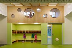 Blick in die Graderobe, © Werner Huthmacher, Berlin - Bildungsarchitektur Kindergarten Interior, Kindergarten Design, Classroom Images, Classroom Decor, Childcare Rooms, Kids Cafe, Home Daycare, Clinic Design, Architecture
