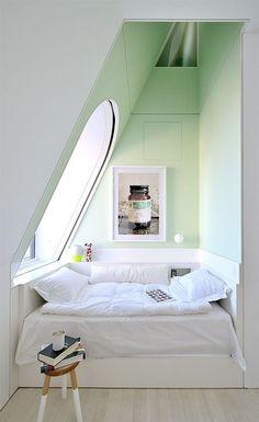 Une petite chambre aux murs pastel