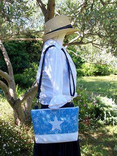 Sac en bandoulière en jean bleu clair , bandoulière réglable , base en toile blanche imperméable lavable : Sacs bandoulière par cocoon-by-ln