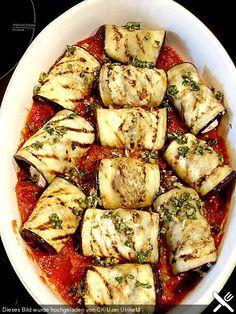 Auberginenröllchen mit Mozzarella und Tomatensauce Eggplant rolls with mozzarella and tomato sauce Salmon Recipes, Veggie Recipes, Lunch Recipes, Vegetarian Recipes, Healthy Recipes, Dinner Recipes, Grilling Recipes, Cooking Recipes, Eggplant Rolls