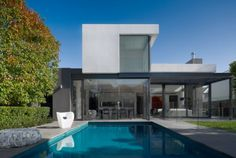 Modern elegance. This interesting sophisticated living on Downshire Road in Newbury in England was conceived by the architecture firm Mim Design.01