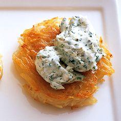 トッピングでアレンジ「ミニガレット ガーリック&クリームチーズ」のレシピです。プロの料理家・脇雅世さんによる、じゃがいも、クリームチーズ、パセリのみじん切り、にんにくなどを使った、1個分272Kcalの料理レシピです。