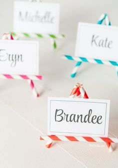 These little DIY Straw Easel Name Cards are so easy to make and stinkin' cute to boot! Straw Crafts, Diy Straw, Mimi Chat, Birthday Diy, Birthday Cards, Straw Decorations, Art Party, Paper Straws, Deco Table