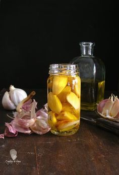 Roasted garlic and preserved in olive oil. (In Spanish with translator) Cooking Classes For Kids, Cooking Time, Chimichurri, Veggie Recipes, Healthy Recipes, Healthy Food Alternatives, Avocado Pasta, Tomato And Cheese, Dehydrated Food