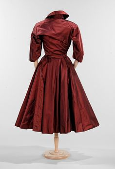 Burgundy silk dress, Charles James (back view) Many of his pieces are conceived asymmetrically and possess a sense of movement and vitality that is a signature characteristic of his work. Charles James, Jackie Kennedy, 1940s Fashion, Vintage Fashion, Edwardian Fashion, Vintage Dresses, Vintage Outfits, 1920s Dress, Flapper Dresses