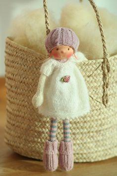 Poupée de fabrication artisanale selon la pédagogie Waldorf. La poupée Beatrice est 14(36 cm) de long. Sa tête est sculptée dans le style traditionnel de Waldorf; la tête est en jersey 100 % coton de pays-bas. Ses yeux et sa bouche sont brodés à la main. Beatrice est une nouveau style 14 poupée tricotée avec un corps minuscule et de longues jambes. Beatrice a une belle robe, pull, chaussettes et bonnet incroyable. Le corps de la poupée est inspiré par Arne et Carlos livre, la tête est…