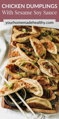With their perfectly crisp outer shell and warm flavorful filling, with ground chicken, cabbage, and ginger, these healthy chinese chicken dumplings are one of the best meals around. You can learn how to make your own dough or pick up wrappers at the store. This recipe offers suggestions for making things quick and easy, while keeping them as homemade as possible. Pair these dumplings with the slightly salty, nutty, and tangy sesame soy dipping sauce, it's a match made in heaven! Chinese Chicken Dumplings, Healthy Chinese, Ground Chicken Recipes, Healthy Snacks, Healthy Recipes, Asian Recipes, Ethnic Recipes, Asian Cooking, Quick Easy Meals