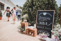 Pizarras y carteles para tu boda #wedding #bodas #boda #bodasnet #decoración #decorationideas #decoration #weddings #inspiracion #inspiration #photooftheday #love #beautiful #bride #groom #awesome #lightedsign #notice #blackboard #welcome #words #signs
