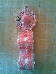 Creative (and Easy) DIY Toilet Paper Holders Crochet Motif, Crochet Doilies, Crochet Flowers, Free Crochet, Crochet Patterns, Diy Crochet Shoes, Crochet Gifts, Crochet Toilet Roll Cover, Crochet Home Decor