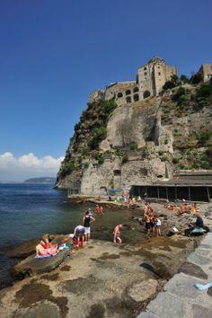 Der Strand vor dem Castello Aragonese auf der Insel Ischia.  © Regione Campania