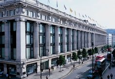 Selfridges – the yellow logoed department store that famously sits on London's Oxford Street – has been named as the world's best department store by the Intercontinental Gr… Time Out, Oxford Street London, London City, Mr Selfridge, Selfridges London, Restaurants, London Shopping, Shopping Malls, Oxford Circus