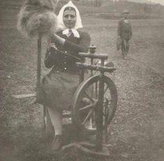 Žena s kolovrátkom - stará fotografia Retro, Fotografia, Retro Illustration