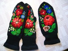 embroidery on knitted mittens with Swedish embroidery: some black and white pattern can be found on this site (Use felted sweaters for mitten pieces and embroider before sewing up) Russian Embroidery, Swedish Embroidery, Wool Embroidery, Ribbon Embroidery, Scandinavian Embroidery, Knit Mittens, Fingerless Mittens, Hand Warmers, Wrist Warmers