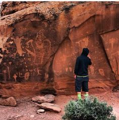 ancient symbols and petroglyphs Ancient Symbols, Ancient Artifacts, Science Nature, Earth Science, Ancient Mysteries, Prehistory, Historical Pictures, Rock Art, Moab Utah
