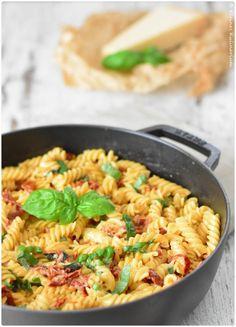 """Wer Fan vom absoluten Klassiker """"Tomate-Mozzarella"""" ist, für den ist diese One Pot Pasta """"Caprese"""" genau das Richtige. Schnell gemacht und sehr lecker"""