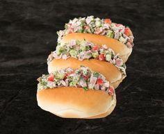 Petits pains fourrés à la salade de jambon Hot Dog Buns, Hot Dogs, Brie Fondant, Bacon, Bread, Filets, Ajouter, Ethnic Recipes, Plate