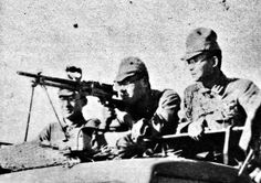Kwantung army soldiers with a Type 96 light machine gun during training, 1942