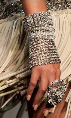 BLING the ring is a bit much but I do love the layering of bracelets Bling Bling, Glitter Make Up, Jewelry Accessories, Fashion Accessories, Bling Jewelry, Statement Jewelry, Jewelry Box, Jewelry Design, Street Style 2014