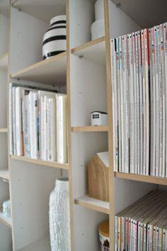 Als wir das Haus vor zwei Jahren saniert haben, habe ich mir ein Regal gewünscht, in dem ich meine Vasen, mein Nippes und meine Bücher unter... Small Space Interior Design, Interior Design Living Room, Bookshelves, Bookcase, Tool Box, Small Spaces, Ikea, Furniture Design, Storage