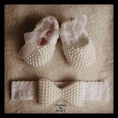 Sapatinho de bebe em pérolas com strass cristal e faixa laço em pérolas e strass. Tamanhos disponíveis do sapatinho: RN (8 cm) P 14 (8,5 cm) M 15 (9, 5 cm) G 16 (10,5 cm) ***Pagamento direto tem desconto*** R$ 126,00