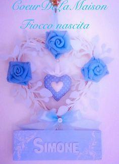 Fiocco nascita personalizzato: base in vimini intrecciato a forma di cuore,foglie e rose in feltro e nome in lettere di legno applicate su tavoletta dipinta a mano. Un amore!