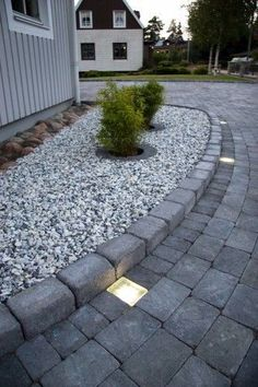 Kuvahaun tulos haulle kullerstenar i sluttning Garden Ideas Driveway, Driveway Design, Garden Paving, Driveway Landscaping, Garden Stones, Landscaping Plants, Block Paving Driveway, Front Yard Garden Design, Patio Stairs
