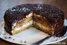 Annonse: Bakeren og kokken Mokkakake er en FANTASTISK GOD kremkake med smak av kaffe og sjokolade! Kaken består av en lett og luftig sukkerbrødbunn som er smaksatt med kaffe og som dynkes med kaffemelk. Kaken fylles med pisket fløtekrem, som også er smaksatt med kaffe. Kaken er dessuten dekket med en deilig, mørk kaffe- og sjokoladeglasur. En NYTELSE i hver munnfull... Mmmmm... Det er nokså mye kaffe i denne kaken, og da er det jo viktig at kaffen er god! Jeg bruker avkjølt, traktet kaffe i… Scones, Granola, Tiramisu, Muffins, Cheesecake, Food And Drink, Pudding, Sweets, Snacks