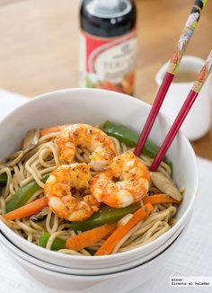Wok de tallarines (noodles al huevo, fideos udon), 10 gambones pelados, verduras variadas (berenjena, pimiento, zanahoria, cebolla, champiñones…), aceite, sal y salsa teriyaki.
