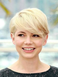 Michelle Williams' classic pixie crop, complete with sweeping fringe! Pixie Hairstyles, Celebrity Hairstyles, Cool Hairstyles, Hairstyle Ideas, Pixie Haircuts, Fashion Hairstyles, Trendy Haircuts, Elegant Hairstyles, Pixie Cut Styles