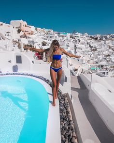 """""""Mi piace"""": 97.5 mila, commenti: 550 - Elisabeth Rioux (@elisabeth.rioux) su Instagram: """"Found the best pool view in Santorini, can't be more grateful to be here """""""