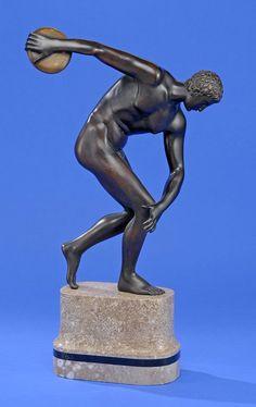 Diskuswerfer der Antike Bronze auf Marmorsockel. H 50 cm. — Skulpturen, Möbel, Kunsthandwerk