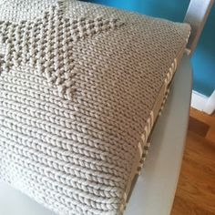 Un joli coussin au tricot pour changer Knitted Cushions, Knitted Blankets, Knitting Projects, Knitting Patterns, Crochet Patterns, Crochet Quilt, Knit Crochet, Mochila Crochet, Bobble Stitch