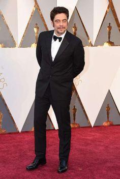 Muy elegante de esmoquin fue Benicio del Toro. - Copyright © 2016 Hearst…