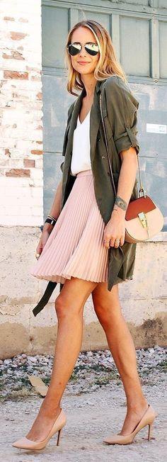 Une mini-jupe rose poudré