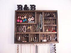 Dorm Room Jewelry Organizer por barbwireandbarnwood en Etsy, $64.00