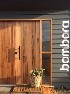 I appreciate this lovely single entry doors Timber Front Door, Front Door Entrance, House Front Door, Front Entrances, House Entrance, Entry Doors, Contemporary Front Doors, Contemporary Home Decor, Timber Furniture