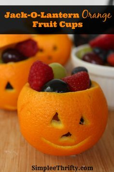 Jack-O-Lantern Orange Fruit Cups: Halloween is such a fun holiday; coming this Halloween, adorable Jack-O-Lantern Orange Fruit Cups. Plat Halloween, Fete Halloween, Healthy Halloween, Halloween Food For Party, Halloween Treats, Halloween Jack, Halloween Breakfast, Halloween Fruit Salad, Halloween Post